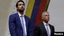 Foto de archivo del diplomático canadiense Craig Kowalik (izquierda), quien fue declarado persona non grata por el gobierno de Venezuela. Junto a él aparece Eduardo Porretti, encargado de negocios de la embajada argentina.