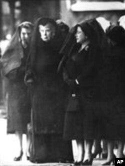 Tres Reinas de Duelo- La reina Isabel II, la hija del rey (izquierda), la reina María (centro), la madre del rey muerto, la reina Isabel I la reina madre, la esposa del rey muerto, usan velos negros en luto en la entrada a Westminster Hall, Londres, el 11 de febrero de 1952, donde el cuerpo del rey Jorge VI descansa en capilla ardiente. (AP-Photo / bipp),