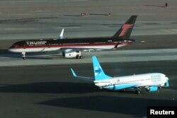 川普的竞选专机(深色)和克林顿的竞选专机停在拉斯维加斯的机场(2016年10月)