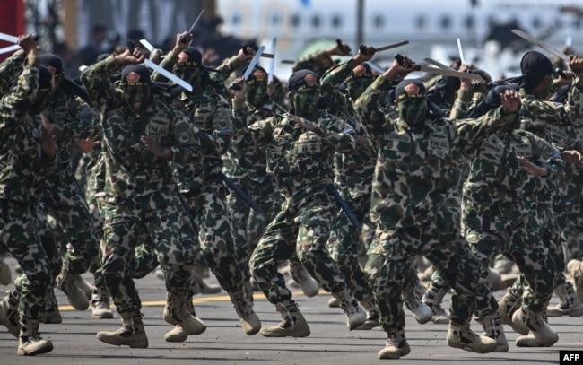Para tentara dalam peringatan HUT ke-74 TNI di Pangkalan Udara Halim Perdanakusumah di Jakarta, 5 Oktober 2019. (Foto: AFP)
