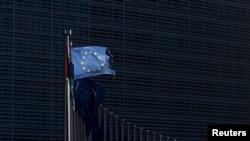 Une drapeau à l'extérieur de la commission européenne à Bruxelles, Belgique, le 12 janvier 2016.