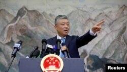 中國駐英大使劉曉明在倫敦的一個記者會上。(2019年8月15日)