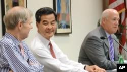 香港行政会议召集人粱振英(中)周三在华盛顿一个智囊论坛上