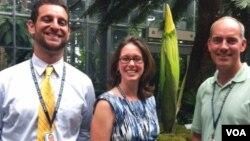 Staf US Botanical Garden Arie Novau, Laura Condeluci dan Bill McLauglin.