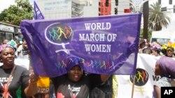 Des femmes africaines lors de la marche mondiale des Femmes à Nairobi, le 13 octobre 2015. Les femmes ont défilé pour protester contre le mariage forcé, le harcèlement sexuel, les mutilations génitales féminines et toutes autres formes de violence basées sur le genre (AP Photo / Khalil Senosi)