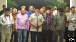 Prabowo Subianto dan tim ekonominya saat konferensi pers di Jalan Kertanegara Jakarta, Jumat (5/10) (Foto: A.Bhagaskoro/VOA).