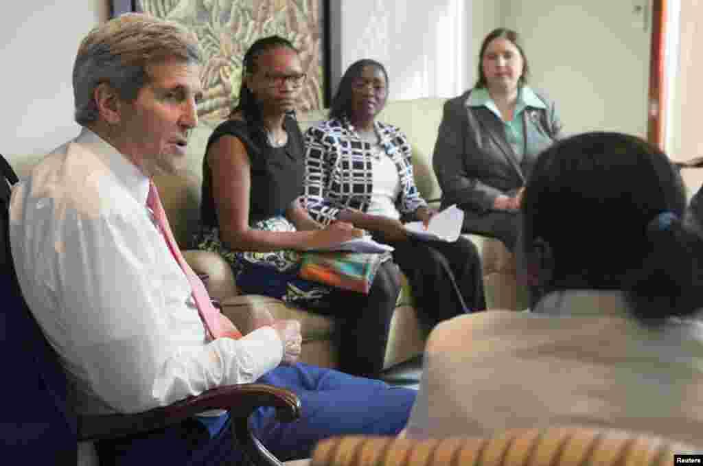 O Sec. Estado americano, John Kerry, reunido com líderes da Sociedade Civil na residência do Chefe da Missão Americana em Luanda. Lúcia da Silveira à esquerda. Angola, 4 de Maio, 2014