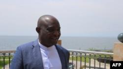 L'homme d'affaires congolais Vanny Bishweka sourit à son hôtel Serena à Goma, dans l'est de la RDC, le 16 octobre 2020.