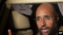 卡扎菲的儿子赛义夫8月23日在的黎波里一家酒店外