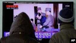 지난달 12일 한국 서울역에서 시민들이 북한 장성택 처형 관련 TV 뉴스를 지켜보고 있다.