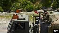 Tentara India berkonvoi di jalan raya menuju Leh, yang berbatasan dengan China, di Gagangir, 17 Juni 2020. (Foto: AFP).