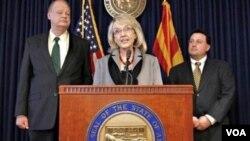 Gubernur Arizona Jan Brewer berbicara kepada media menanggani keputusan pemerintah federal soal UU Imigrasi kontroversial di Arizona.