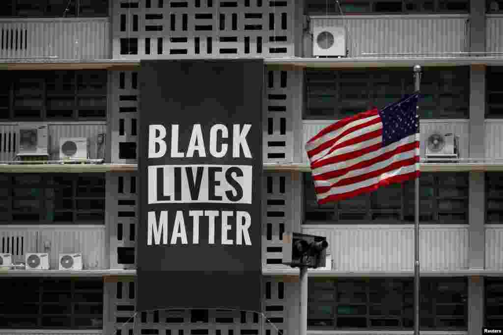 ផ្ទាំងបដាបង្ហាញពីចលនា Black Lives Matter នៅស្ថានទូតអាមេរិកនៅក្រុងសេអ៊ូល ប្រទេសកូរ៉េខាងត្បូង កាលពីថ្ងៃទី១៤ ខែមិថុនា ឆ្នាំ២០២០។
