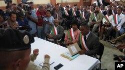 Des membres du Parlement malgache devant la Haute cour constitutionnelle, 27 mai 2015.