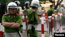 Cảnh sát đứng gác tại Toà án nhân dân, nơi bốn nhà hoạt động chính trị đang phải đối mặt với phiên tòa, Thành phố Hồ Chí Minh ngày 20/1/2010.