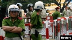 Cảnh sát canh gác trước Toà án Nhân dân TP HCM.