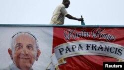 Người dân đang sơn biểu ngữ chào mừng Đức Giáo Hoàng đến thủ đô Nairobi, Kenya, ngày 24/11/2015.