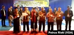 Para pemuka agama memimpin doa bersama untuk para korban serangan bom bunuh diri 13 Mei 2018, di Gereja Katolik Santa Maria Tak Bercela Surabaya. (Foto: VOA/Petrus Riski)