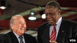 Le président Sepp Blatter , à gauche, serre la main du président de la CAF , Issa Hayatou, lors de la cérémonie d'ouverture du Centre international de radiodiffusion ( IBC ) à Johannesburg , Afrique du Sud .June 2, 2010