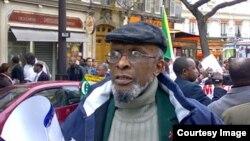 Salim Himidi akishiriki kwenye maandamano ya wa Komoro mjini Paris
