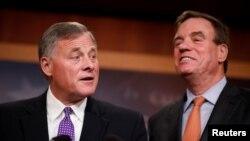 Thượng nghị sĩ Richard Burr (phải) Mark Warner (trái) thông báo về việc điều tra Nga can thiệp vào cuộc bầu cử Tổng thống Mỹ năm 2016 (ảnh ngày 4/10/2017)