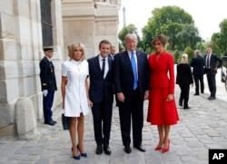 도널드 트럼프(오른쪽 두번째) 미국 대통령과 에마뉘엘 마크롱(세번째) 프랑스 대통령이 13일 파리 앵발리드 군사박물관 앞에서 기념 사진을 찍고 있다. 오른쪽은 트럼프 대통령 부인 멜라니아 여사, 왼쪽은 마크롱 대통령 부인 브리지트 여사.