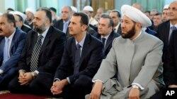Le président Bachar al-Assad (c) priant à Damas jeudi