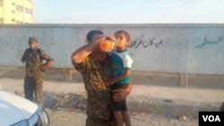 Şervanekî YPG li Girêspî av dide zarokekê Ereb