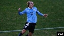 Penyerang Uruguay Diego Forlan merayakan keberhasilannya mencetak gol ke gawang Paraguay dalam final Copa America di Buenos Aires, Argentina, Minggu (24/7). Forlan dilaporkan telah dihubungi klub Italia Inter Milan dan klub Turki Galatasaray.