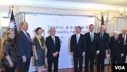 台湾驻美代表高硕泰(左四)夫妇与嘉宾2019年3月6日在双橡园为启动《台湾关系法》四十周年系列纪念活动揭幕(美国之音钟辰芳拍摄)