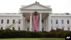 白宫挂起粉红丝带