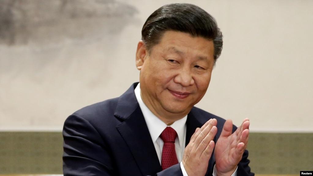 中國國家主席習近平和新政治局常委在人民大會堂與記者見面並發表講話。 (2017年10月25日)