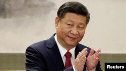 中国国家主席习近平和新政治局常委在人民大会堂与记者见面并发表讲话 (2017年10月25日)