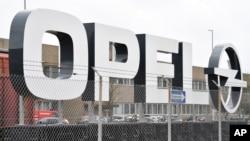 El logo de Opel fue fotografiado en la planta del fabricante en Kaiserslautern, Alemania, el lunes, 6 de marzo de 2017.