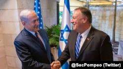 Menteri Luar Negeri AS Mike Pompeo (kanan) bertemu PM Israel Benjamin Netanyahu di Yerusalem, Jumat (18/10).