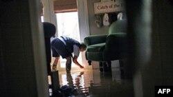 Nước lụt tràn vào một căn nhà ở Holly Grove, bang Arkansas, ngày 10/5/2011