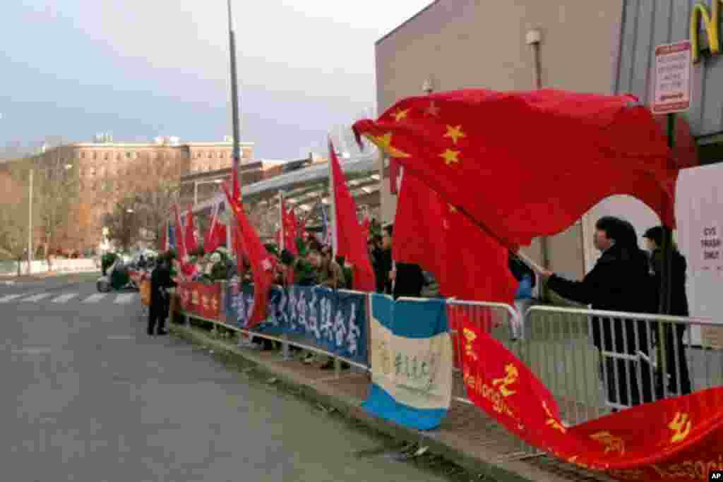 大批华人欢迎队伍手举国旗,来自多个同学会和同乡会。