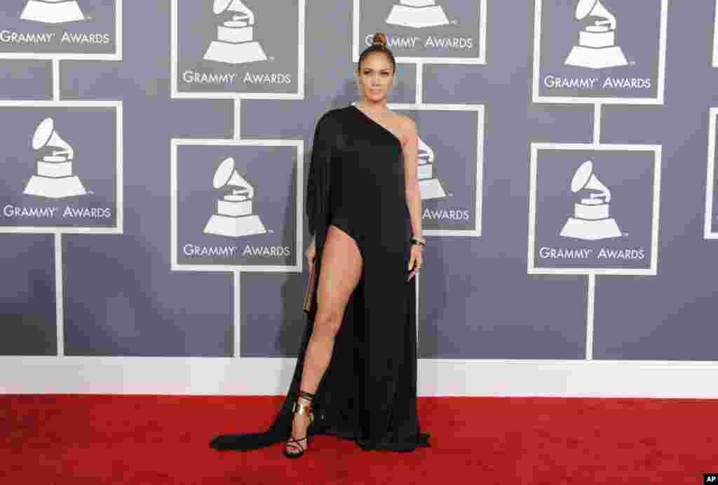 Espectacular el vestido que lució Jennifer López durante la ceremonia de la entrega de los premios Grammy 2013.