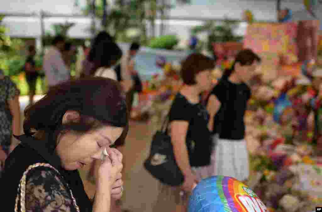Bà Sarah Kee, 61 tuổi, lau nước mắt trước bệnh viện nơi ông Lý Quang Diệu qua đời.
