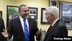 워싱턴 국회의사당에서 리처드 루거 상원의원과 회동중인 아비그도르 리버만(좌측) 이스라엘 외무장관(자료사진)