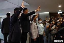 香港四名民主派议员提交辞呈后向媒体挥手致意。(2020年11月12日)