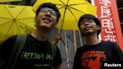 """Aktivis mahasiswa Joshua Wong (kanan) dan Nathan Law saat melakukan aksi unjuk rasa """"Occupy Central"""" di luar stasiun polisi Hong Kong (foto: dok)."""