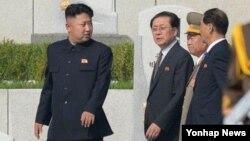 지난 7월 북한 참전열사묘를 방문한 김정은 국방위 제1위원장과 장성택 국방위 부위원장(왼쪽부터).
