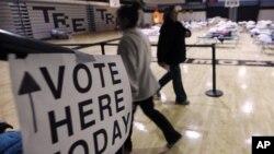6일 허리케인 샌디로 인해 피해를 입은 저지 쇼어의 탐스 리버 고등학교 임시 피난처에 마련된 투표소를 방문한 주민들.