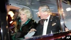 ເຈົ້າຊາຍ Charles ແຫ່ງອັງກິດ ກັບພະມະເຫສີ Camilla ສະແດງຄວາມຕົກໃຈ ເວລາລົດພະທີ່ນັ່ງ ຖືກພວກນັກສຶກສາໂຈມຕີ ທີ່ລອນດອນ ເມື່ອວັນທີ 9 ທັນວາ 2010. (AP Photo/Matt Dunham)