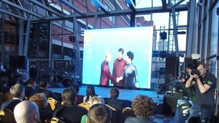 在莫斯科最近的一个商务活动上,播放两国领袖会晤视频,凸显俄中友好。(美国之音白桦拍摄)