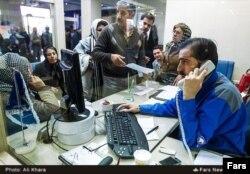 متقاضیان خرید خودرو در یکی از نمایندگیهای ایران خودرو