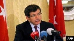Dışişleri Bakanı Ahmet Davutoğlu Türk gazetecilere verdiği basın toplantısında