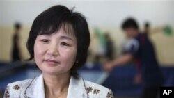 평양의 대동강장애자문화센터에서 'AP통신'과 인터뷰하는 리분희 선수.
