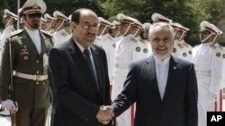 Perdana Menteri Irak, Nouri al-Maliki (kiri) disambut oleh Wakil Presiden Iran, Mohammad Reza Rahimi dalam upacara kunjungan kenegaraan selama dua hari di Tehran, Iran (22/4).